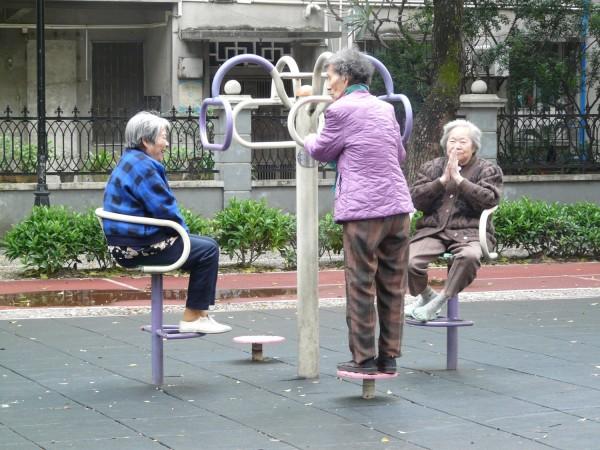 Chinesische alte Frauen im Gespräch
