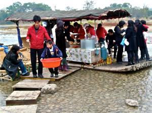 Schwimmende Küche auf dem Li-Fluss
